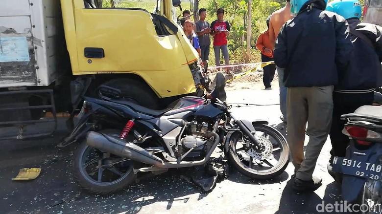 Dua Motor Tertabrak Truk di Pasuruan, Satu Pengendara Tewas