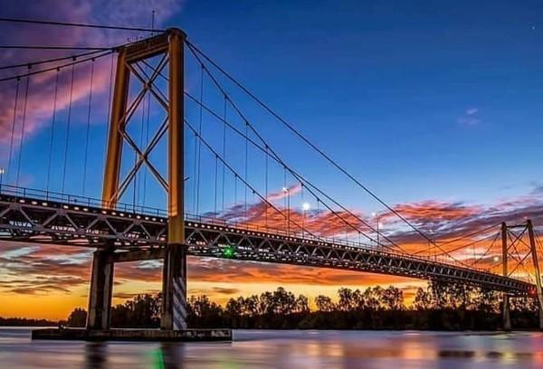 Jembatan ini menjadi ikonnya kota Palembang karea juga berada di tengah kota. ( Dok Kemenpar)