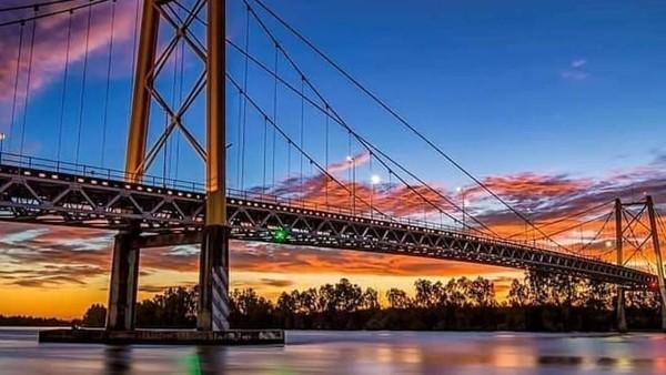 Jembatan Ampera tak hanya dikenal sebagai Ikon Kota Palembang, tetapi juga objek wisata populer di Sumatera Selatan. Jembatan yang memiliki panjang lebih dari 1000 meter dengan lebar 22 meter dan tinggi 63 meter itu sempat menjadi jembatan terpanjang di Asia Tenggara lho. Dok Kemenpar.