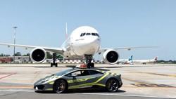 Di Italia, Lamborghini Digunakan Sebagai Juru Parkir Pesawat