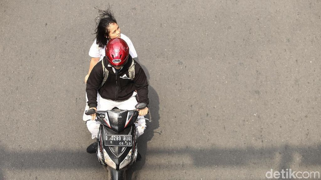 Alat Keselamatan saat Naik Motor Itu Helm, Bukan Peci dan Serban