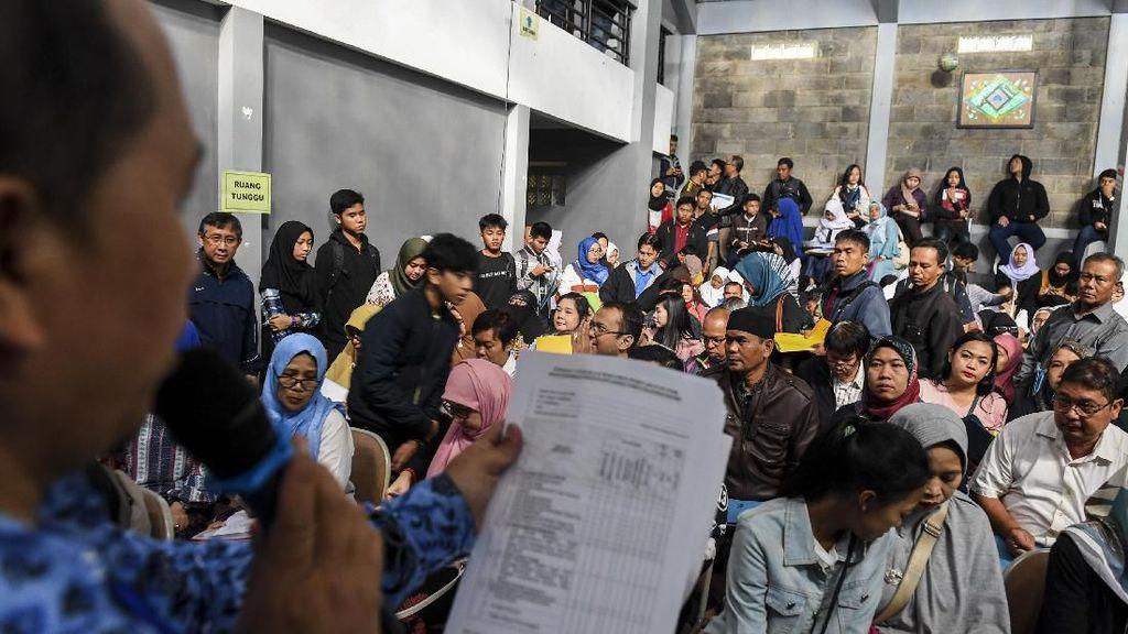 Potret Ortu Siswa Ramai-ramai Daftar PPDB SMA di Bandung