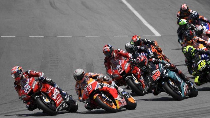 Andrea Dovizioso kesal dengan ulah Jorge Lorenzo yang menyebabkan kecelakaan domino di MotoGP Catalunya. (Foto: Lluis Gene / AFP)
