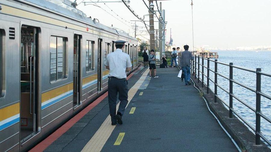 Stasiun Umi-Shibaura di Yokohama, disebut sebagai salah satu stasiun terindah di Jepang. Lokasinya persis di pinggir laut (Facebook/Yoshiyuki Nagasawa)