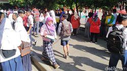 Warga Kabupaten Bnadung Rela Berdiri dan Panas-panasan Daftar PPDB