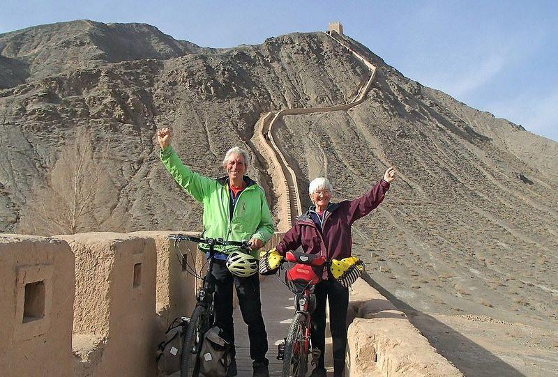 Inilah Peter (66) dan Chris Lloyd (64), pasangan kakek-nenek jagoan dari Inggris. Mereka berhasil menggowes sepeda ke China dari kampung halamannya di Inggris sejauh 19.310 Km. (dok. Peter and Chris Lloyd)