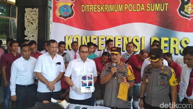 Kapolda Sumut Irjen Agus Andrianto didampingi Dirreskrimum Polda Sumut Kombes Andi Rian Djajadi saat rilis pengungkapan kasus penganiayaan pensiunan polisi dan keluarganya di Mapolda Sumut, Senin (17/6/2019).