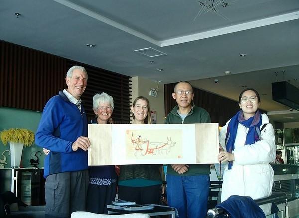 Sesampainya di China, pasangan lansia ini disambut dengan seremoni sederhana. Tetapi mereka belum berhenti. Peter dan Chris lanjut gowes lagi melewati Asia Tenggara sampai ke Singapura. (dok. Peter and Chris Lloyd)