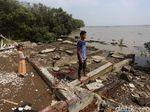 Puing-puing Bangunan Jadi Saksi Ganasnya Abrasi di Utara Bekasi