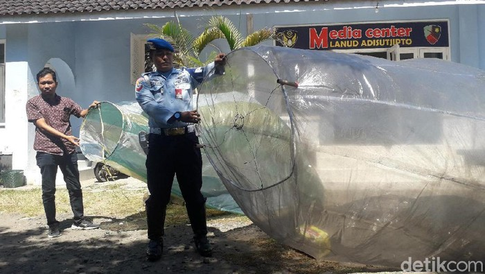 Balon udara yang memasuki zona militer Lanud Adisutjipto (Foto: Ristu Hanafi/detikcom)
