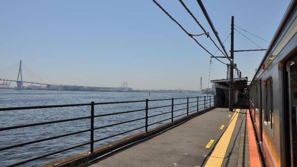 Indah, Stasiun Kereta Ini Dekat Banget Sama Laut