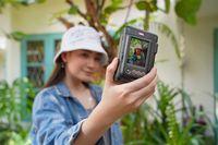 Patricia Devina (Instaxgrapher) memperagakan cara selfie dengan Instax Mini LiPlay Elegant Black.