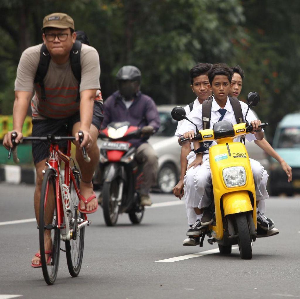 Aksi Palajar Naik Motor Tanpa Helm