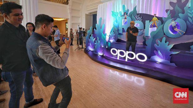 Para pengunjung berfoto di acara peluncuran OPPO.