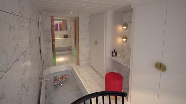 Kamar mandi kamar suite yang terbuat dari marmer dengan perlengkapan lengkap (Virgin Voyages/CNN)