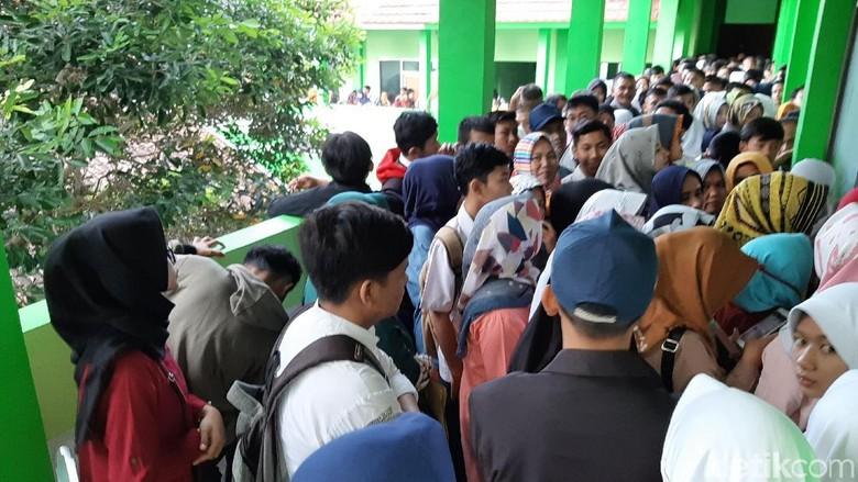 Peminat SMK di Tasik dan Cimahi Membludak, Kuota Pendaftar per Hari Dibatasi