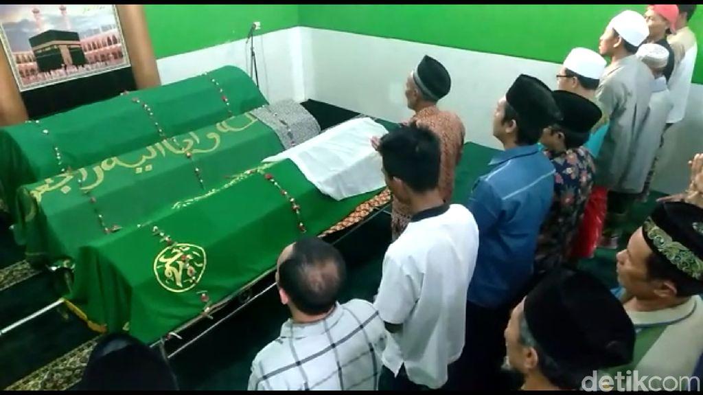 Isak Tangis Warnai Pemakaman 3 Korban Asal Tegal yang Tewas di Tol Cipali