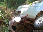 Minibus Masuk Jurang 20 Meter di Situbondo Sempat Tabrak Batu Besar