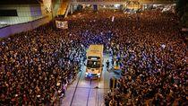 Saat Lautan Demonstran Buka Jalan Untuk Ambulans