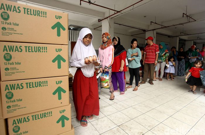 Sejumlah warga mengantre untuk membeli pangan murah di kawasan Rusun Tambora, Jakarta, Senin (17/6/2019).