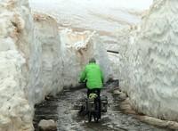 Selama 18 bulan, pasangan ini menggowes sepedanya melewati berbagai medan. Tidak mudah, tapi mereka berhasil membuktikan bahwa usia bukanlah halangan. (dok. Peter and Chris Lloyd)