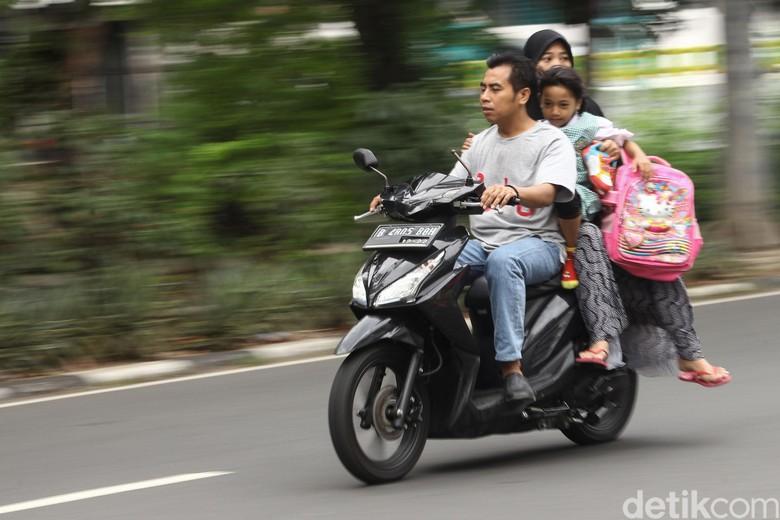 Pengendara motor tak menggunakan helm. Foto: Rifkianto Nugroho