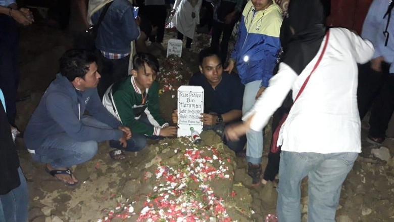 Isak Tangis Iringi Pemakaman Bapak-Anak Korban Kecelakaan di Tol Cipali