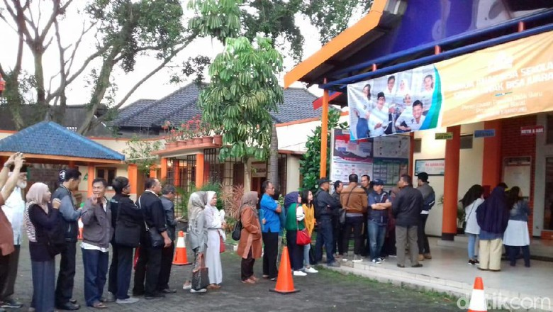 Sayang Anak, Orangtua Antre Sejak Subuh di SMA 8 Bandung