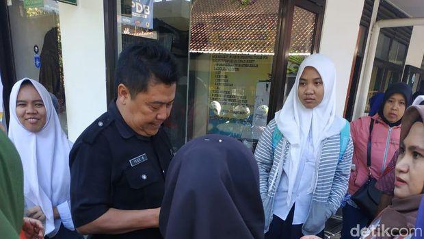 Antre dari Subuh, Orangtua Siswa di Bandung Kecewa Tak Bisa Daftar Hari Pertama