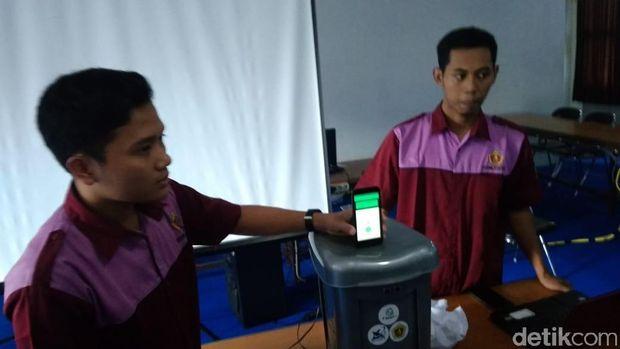 Kreatif! Mahasiswa di Kudus Bikin Tempat Sampah Berbasis IoT