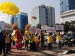Video Massa Berposter Bahasa Inggris Beraksi di Patung Kuda