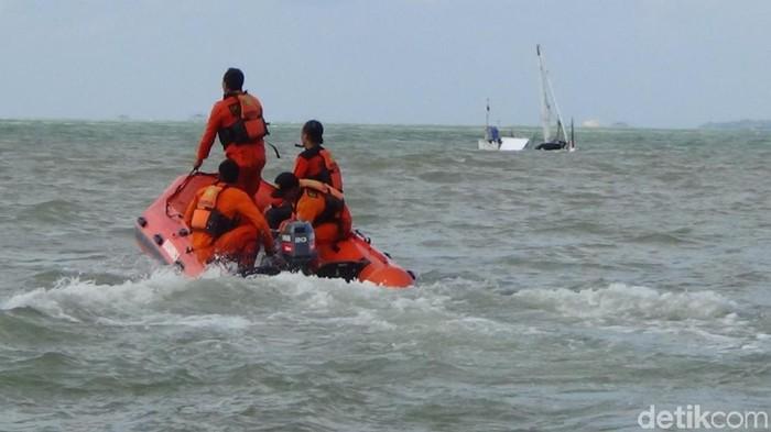 Pencarian korban kapal tenggelam (Foto: Ahmad Rachman)