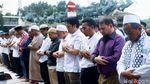 Potret Massa Salat Ashar Berjamaah di Depan Patung Kuda