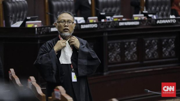 Ketua tim hukum paslon 02 Bambang Widjojanto hendak diusir Hakim Konstitusi Arief Hidayat karena menginterupsi dialog hakim dan saksi.