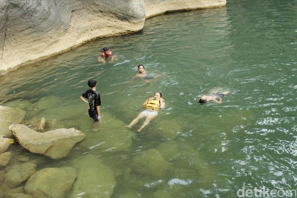 Panorama kolam purba Sanghyang Heleut. Kolam berwarna hijau toska yang dikelilingi batuan purba menambah kesan eksotis wisata geotrek Karst Rajamandala. (Yudha Maulana/detikcom)