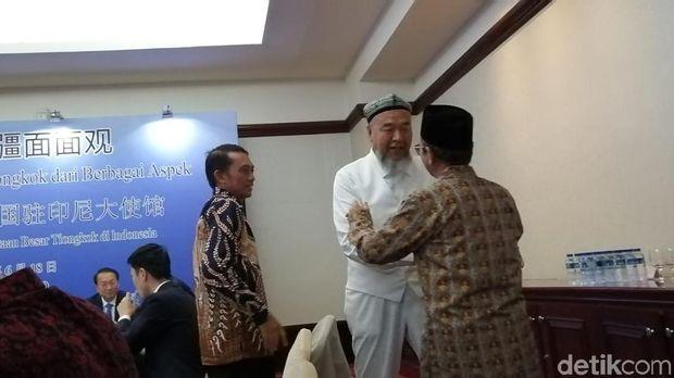 Abudurekefu Tumuniyazi bercengkrama dengan delegasi Ri yang sempat mengunjungi Xinjiang