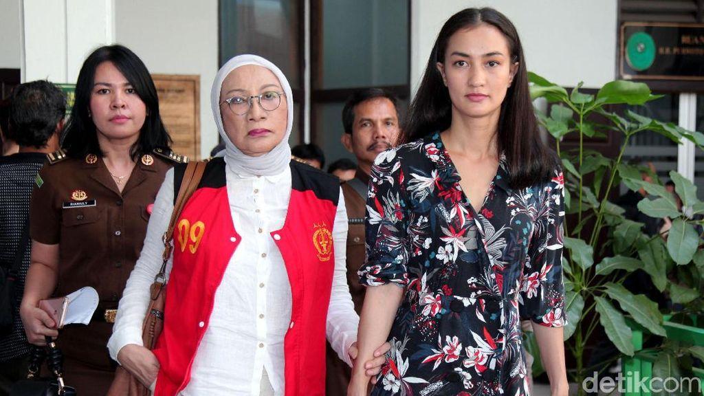 Keluar dari Penjara, Ratna Pulang Ditemani Atiqah Hasiholan
