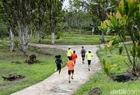 Seluruh peserta, akan melintasi rute yang sama dengan jarak tempuh sejauh 5 kilometer. Lintasan yang dilalui peserta terdiri atas jalanan pedesaan, areal perkebunan hingga tanah berbukit. (Ardian Fanani/detikcom)