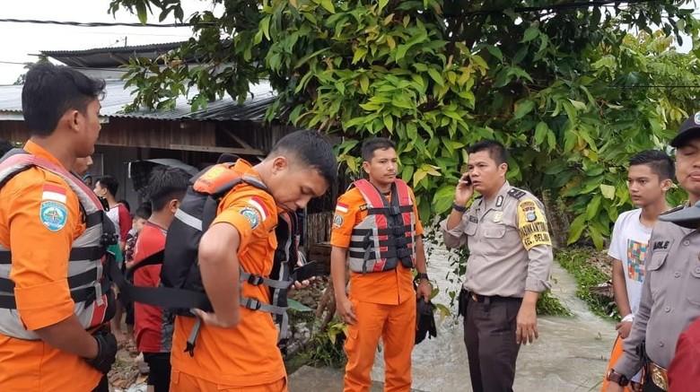 Banjir Landa Pekanbaru, Seorang Ibu Hanyut di Parit Besar