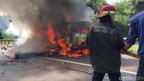 Truk Pengangkut Sosis Ludes Terbakar di Tol Cipularang