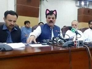 Viral, Wajah Kocak Menteri Pakistan Jadi Kucing saat Konferensi Pers