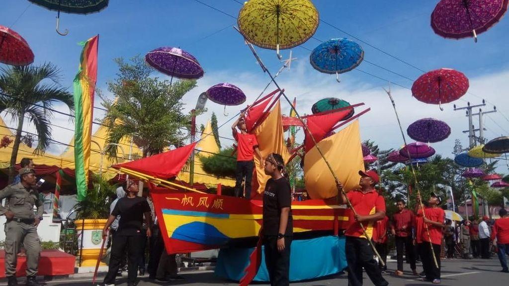Kemegahan Fashion Karnaval Membuka Festival Bakar Tongkang 2019