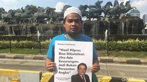 Massa Kawal Sidang MK Bawa Poster Kutipan Yusril soal Pemilu Curang