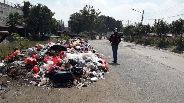 Sampah menumpuk di sepanjang Kali Irigasi, Jalan Irigasi, Medan Satria.