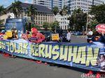 Massa Berkostum Superhero Datang ke Patung Kuda, Serukan Tolak Kerusuhan