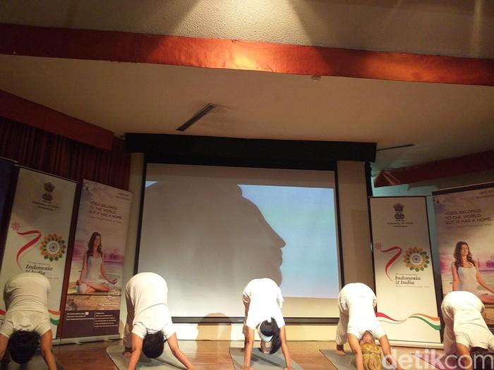 Yoga tapi sambil dance? Bisa banget! Tapi dancenya pakai gerakan yoga lho. (Foto: Khadijah Nur Azizah/detikHealth)