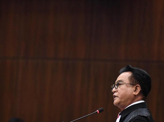 Ketua tim kuasa hukum pasangan calon presiden dan calon wakil presiden nomor urut 01 Yusril Ihza Mahendra selaku pihak terkait menyampaikan keterangan pada sidang lanjutan Perselisihan Hasil Pemilihan Umum (PHPU) Pilpres 2019 di gedung Mahkamah Konstitusi, Jakarta, Selasa (18/6/2019). Sidang tersebut beragendakan mendengarkan jawaban termohon, pihak terkait dan Bawaslu. ANTARA FOTO/Hafidz Mubarak A/wsj.