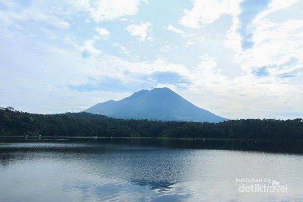Bentuk yang kedua adalah gunung api maar. Salah satu contohnya adalah Gunung Lamongan. Foto: (Pradikta Kusuma/dTraveler)