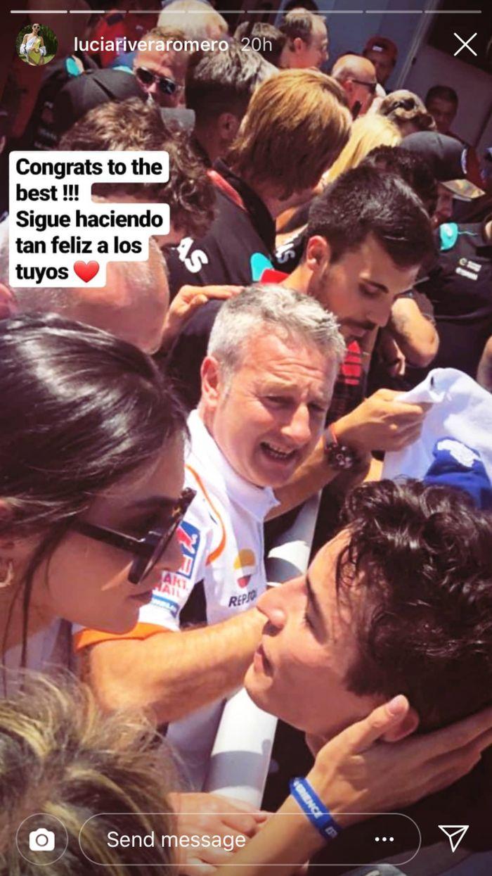 Lucia Rivera Romero sejak beberapa bulan lalu dirumorkan berpacaran dengan Marc Marquez. Di MotoGP Catalunya akhir pekan lalu, model cantik asal Spanyol itu mulai go public mempertontonkan kemesraannya dengan Marquez. Ia mengunggah foto sedang memberi Marquez selamat yang menang balapan. (Foto: Instagram @luciariveraromero)
