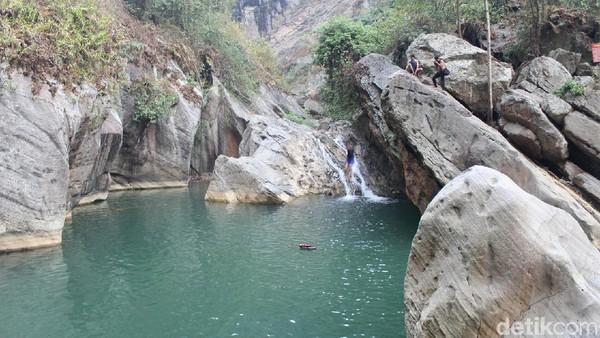 Kedalaman air dan tingginya tempat loncat pun sangat cocok bagi anda adrenalin junkie. Jangan khawatir, jika tak bisa berenang pengelola sudah menyiapkan pelampung yang disewakan seharga Rp 10 ribu saja. (Yudha Maulana/detikcom)